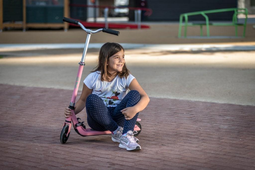Niña con el patinete eléctrico para niños You-Go S de Youin.