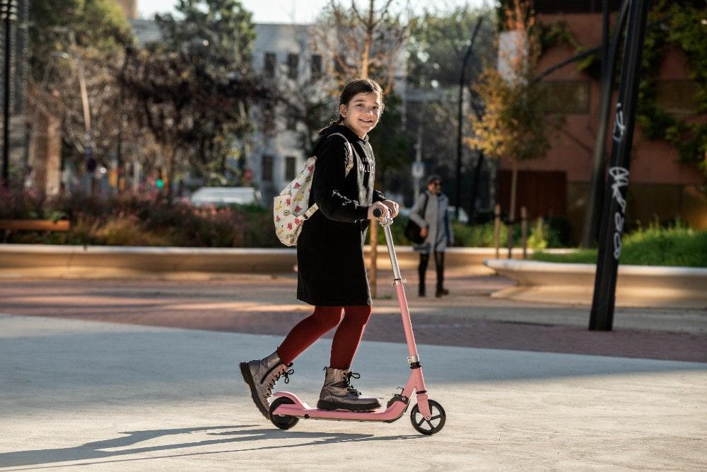 ¿Qué patinete eléctrico comprar? Si tienes un niño o una niña, hazte con el patinete eléctrico Youin You-Go S en color rosa.
