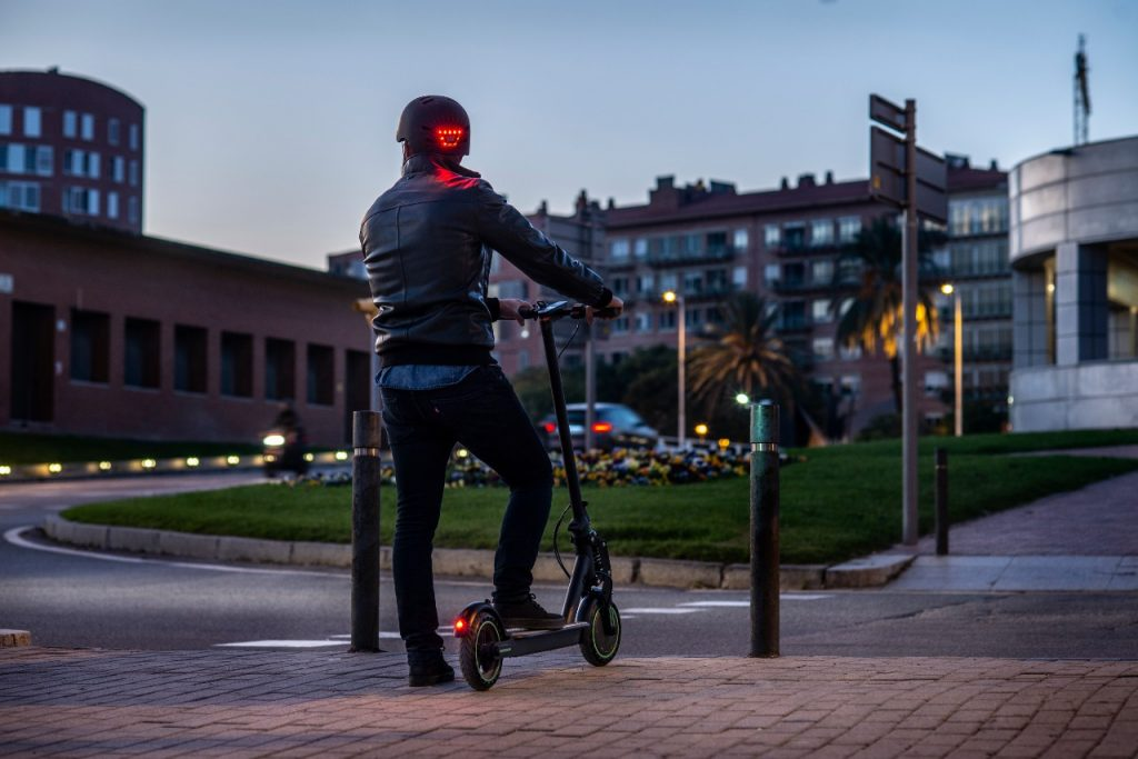 ¿Cuáles son las sanciones más comunes para bicicletas y patinetes eléctricos? Ponte el casco y enciende las luces de posición cuando sea necesario.