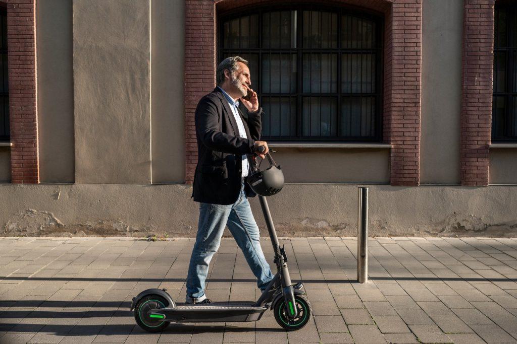 ¿Cómo cargar correctamente un patinete eléctrico?