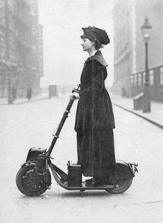 ¿Quién inventó el patinete eléctrico? La sufragista Florence Norman ya lo conducía en el año 1916.