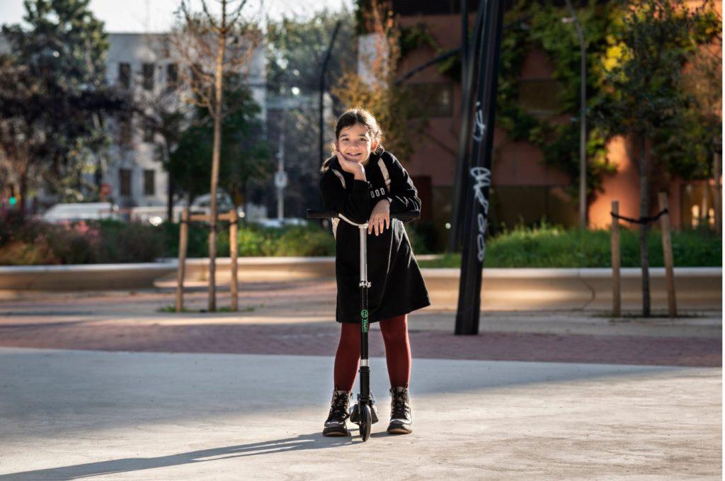 niña en un patinete eléctrico de Youin