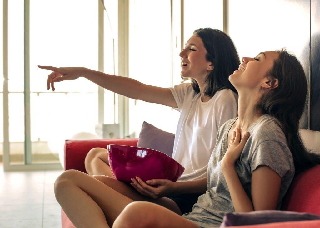 amigas viendo una película con el set-top box de Youin